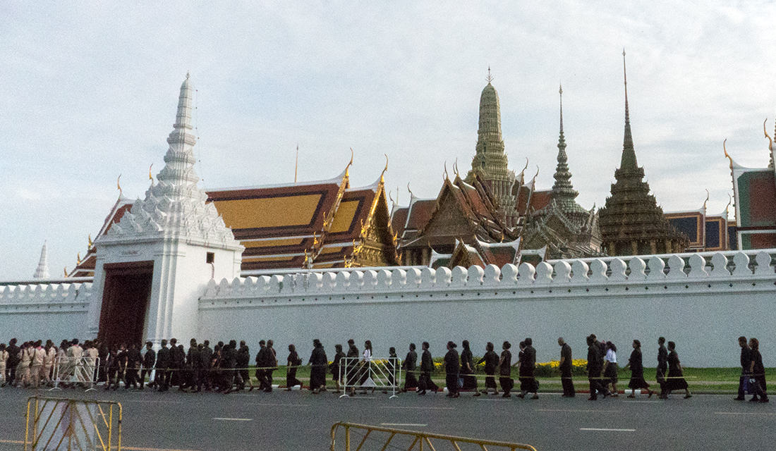 Thais paying respect to the king at The Grand Palace.
