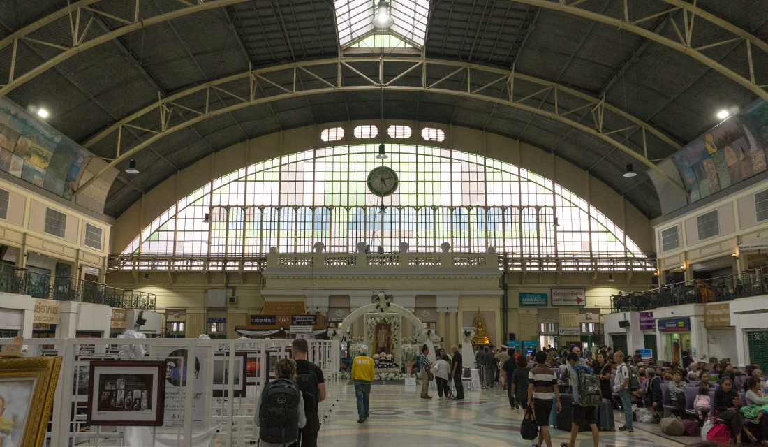 The main waiting area of Hua Lamphong train station.