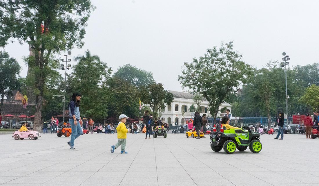 Rare glimpse of a driver's education class in Hanoi.